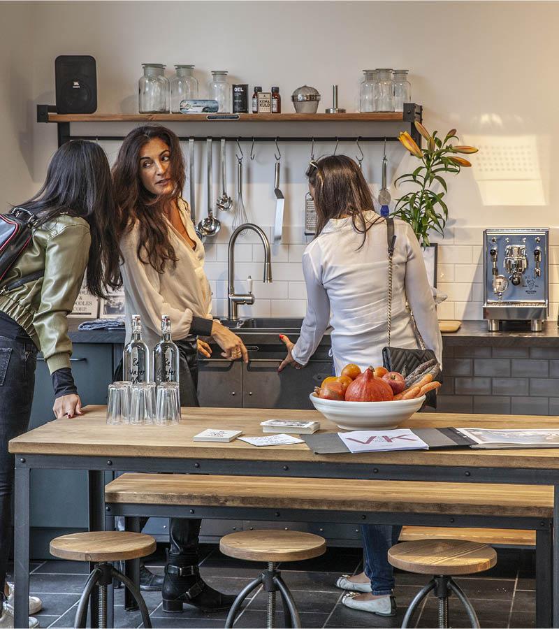 kunden zu Besuch im Authentic Kitchen Showroom, Berlin