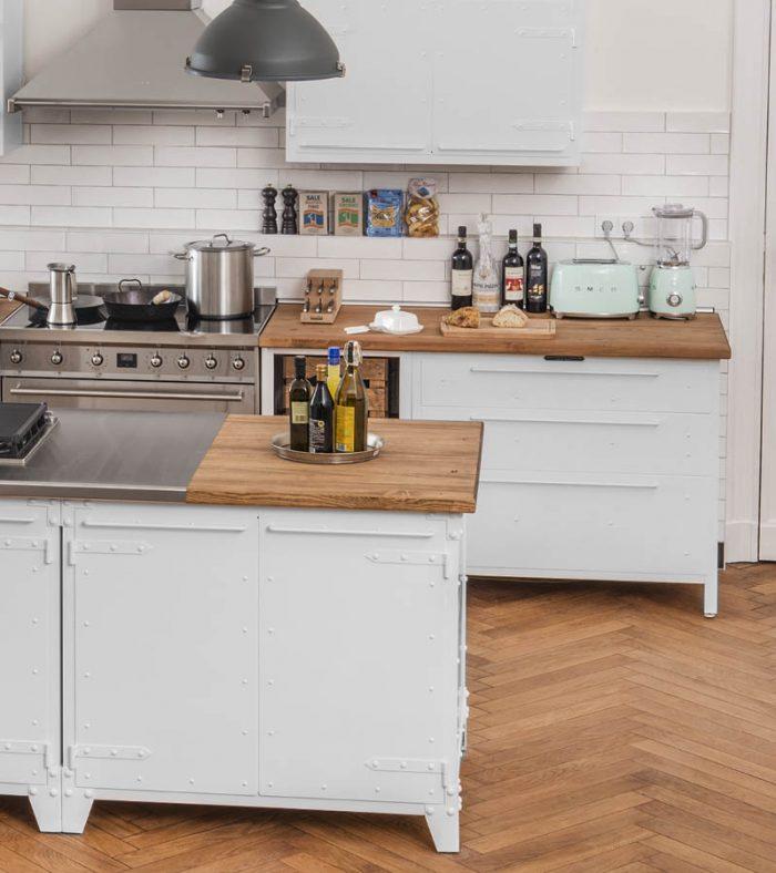 Küchen Showroom, Kundenküche aus Stahl in reinweiss und Holz