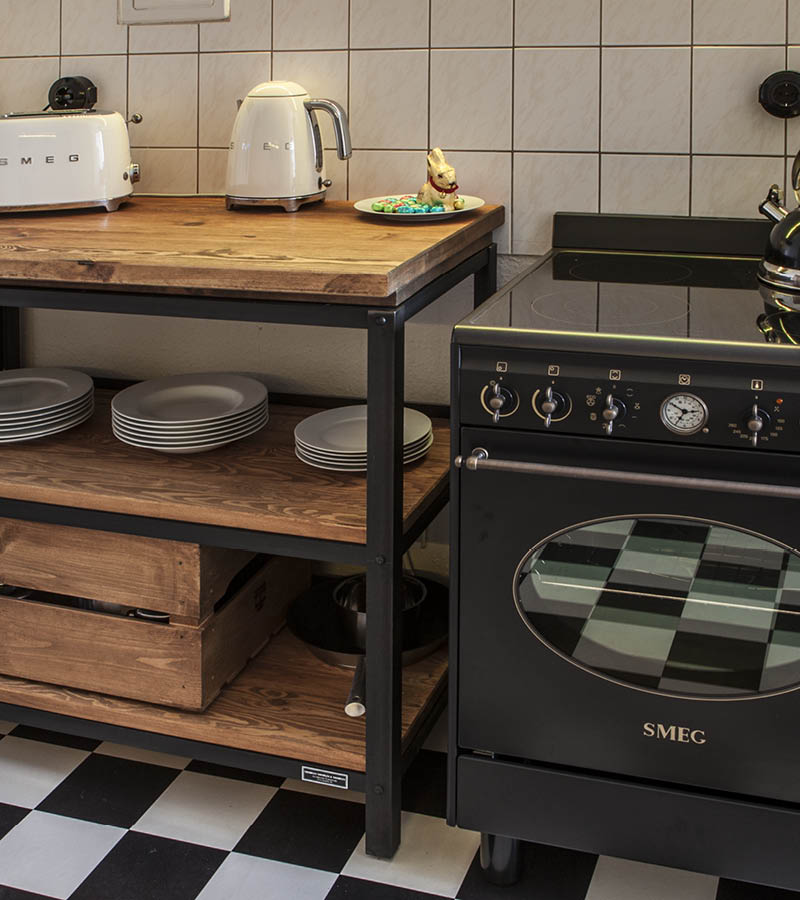 Küchen Showroom, Authentic Kitchen Furniture aus Stahl und Holz mit Smeg Geräten in Schwarz