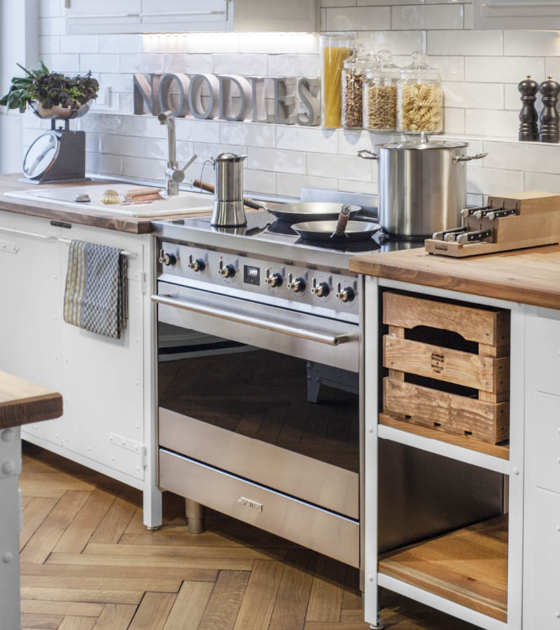 Authentic Kitchen Furniture, Kundenküche in reinweiss
