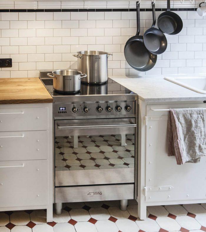Kundenküche, Küchenmöbel aus Stahl und Holz in reinweiss