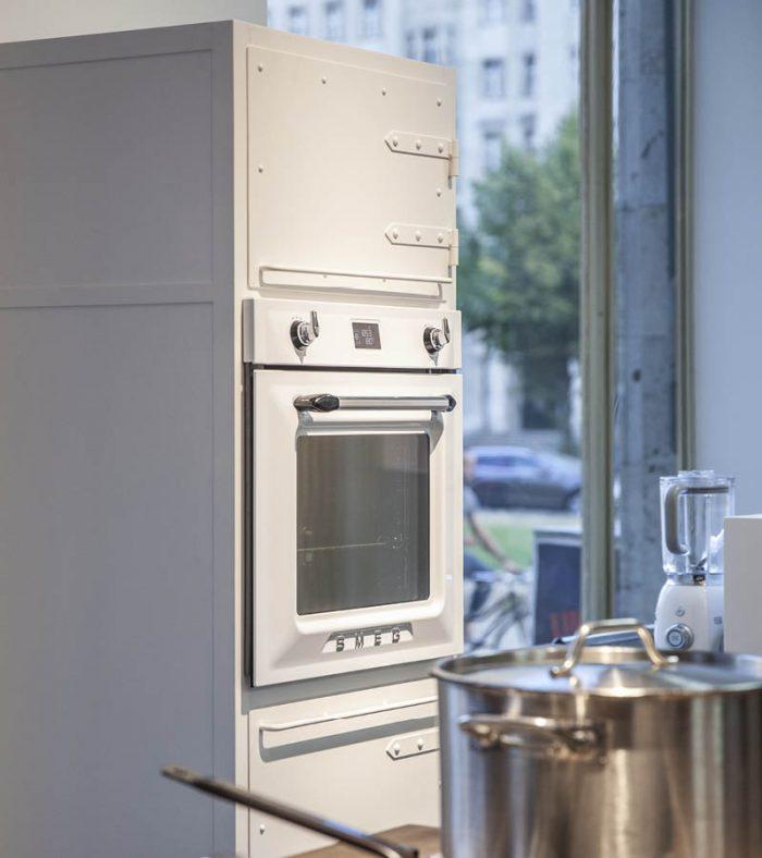 Authentic Küchenstudio Berlin, Küchenmöbel aus Stahl in reinweiss