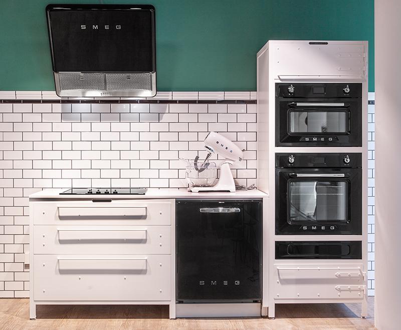 Authentic Kitchen in Weiss mit schwarzen Geräten von Smeg